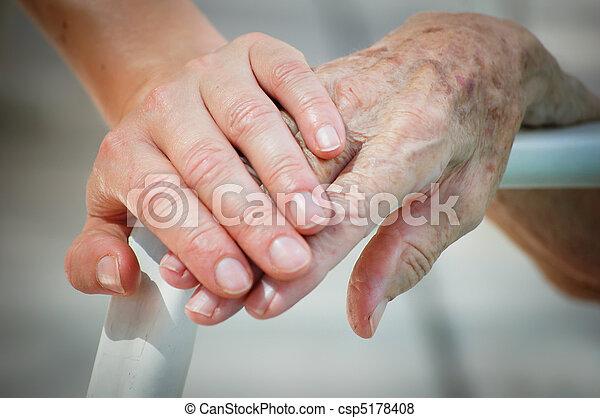 öreg, fiatal, segítség - csp5178408