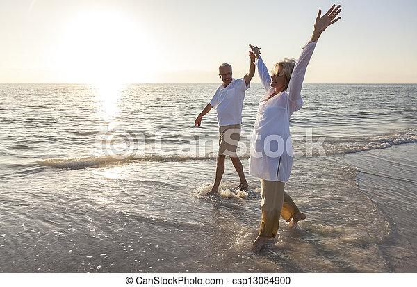 összekapcsol naplemente, hatalom kezezés, idősebb ember, tengerpart, napkelte, boldog - csp13084900