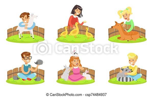 boldog, gyerekek, ölelgetés, állatkert, petting, sündisznó, fiú, ábra, állhatatos, őzborjú, üregi nyúl, barka, játék, goat, vektor, táplálás, csinos, mosómedve, állatok, lány - csp74484937