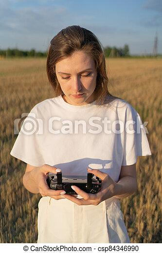 ellenőrzés, nő, gyönyörű, távoli, mező, henyél, vezérmű, át, flight., fiatal - csp84346990
