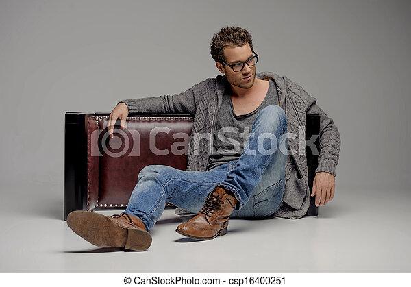 férfiak, jelentékeny, szürke, szemüveg, időz, ülés, látszó, elszigetelt, emelet, guy., el, fiatal - csp16400251
