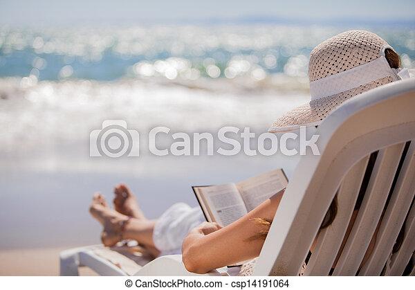 felolvasás, tengerpart, bágyasztó - csp14191064