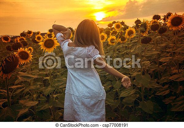 fiatal, gyönyörű woman, mező - csp77008191