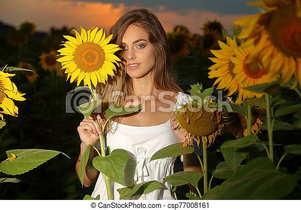 fiatal, gyönyörű woman, mező - csp77008161