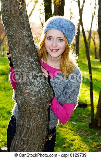 gyönyörű, ősz, nő, liget, fiatal - csp10129739