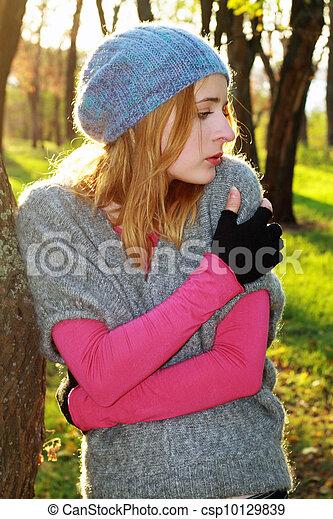 gyönyörű, ősz, nő, liget, fiatal - csp10129839