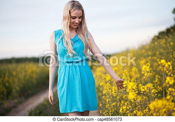 gyönyörű, megfog, nő, fiatal - csp48561073