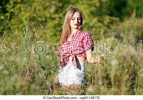 gyönyörű, mező, nő - csp61148170