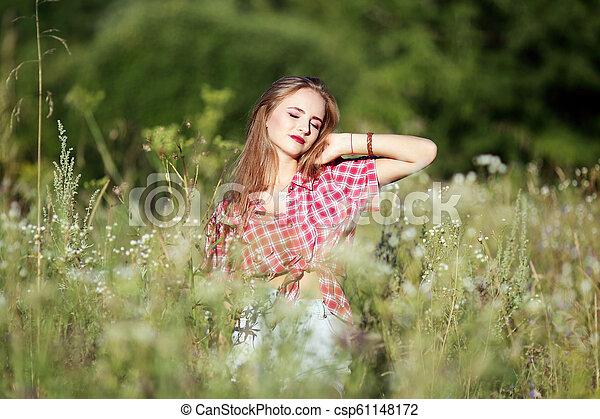 gyönyörű, mező, nő - csp61148172