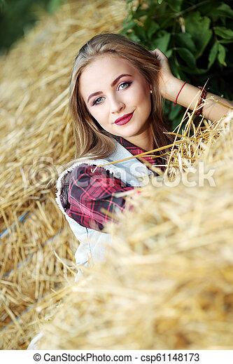 gyönyörű, mező, nő - csp61148173