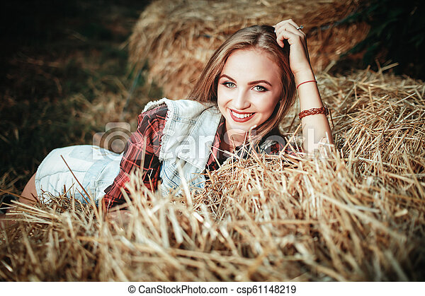 gyönyörű, mező, nő - csp61148219