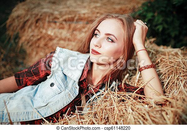 gyönyörű, mező, nő - csp61148220
