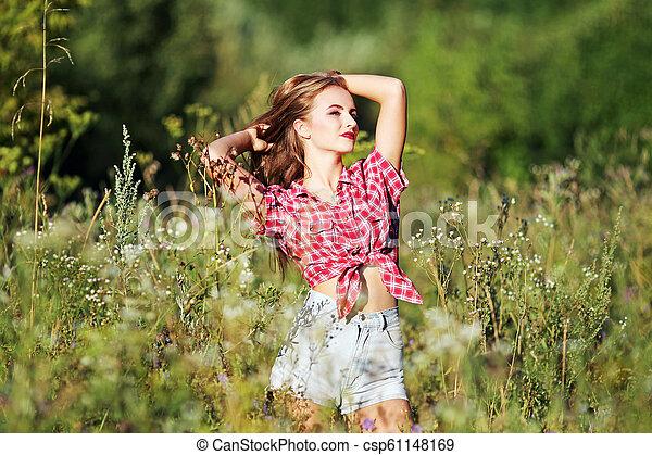 gyönyörű, mező, nő - csp61148169