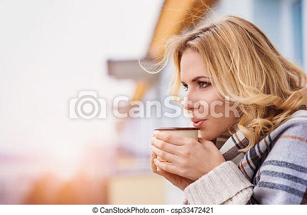 gyönyörű woman, bágyasztó - csp33472421