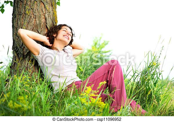 gyönyörű woman, bágyasztó, természet, fiatal, outdoors. - csp11096952