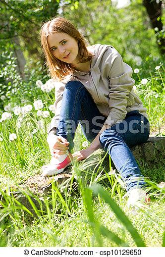 gyönyörű woman, pitypangok, fiatal, ülés - csp10129650