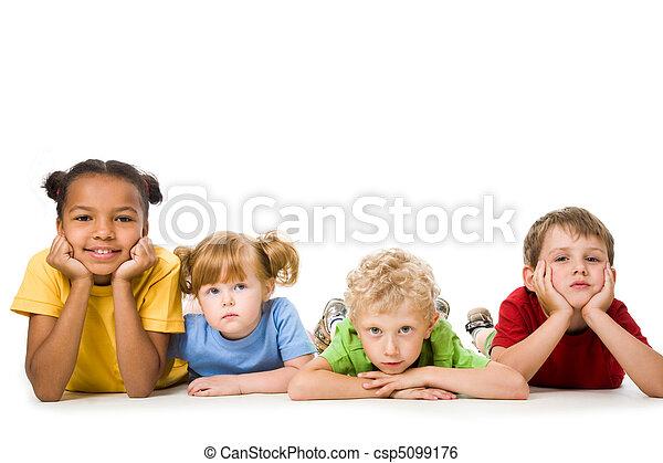 gyerekek, fekvő - csp5099176