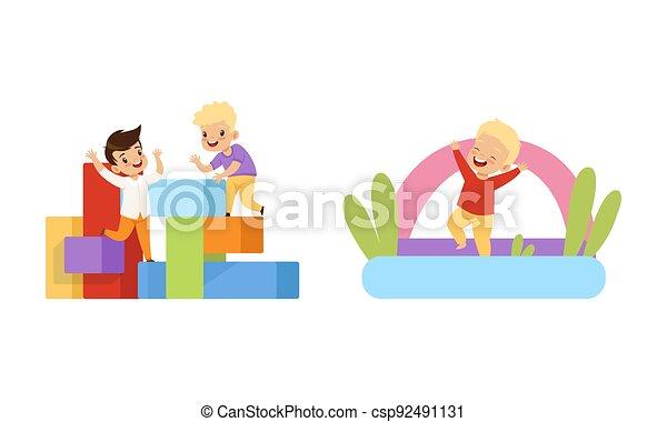játékszer, móka, gyerekek, ábra, karikatúra, ugrás, birtoklás, gyerekek, ugróasztal, játszótér, játék, felfújható, vektor, kevés, állhatatos, eltöm - csp92491131