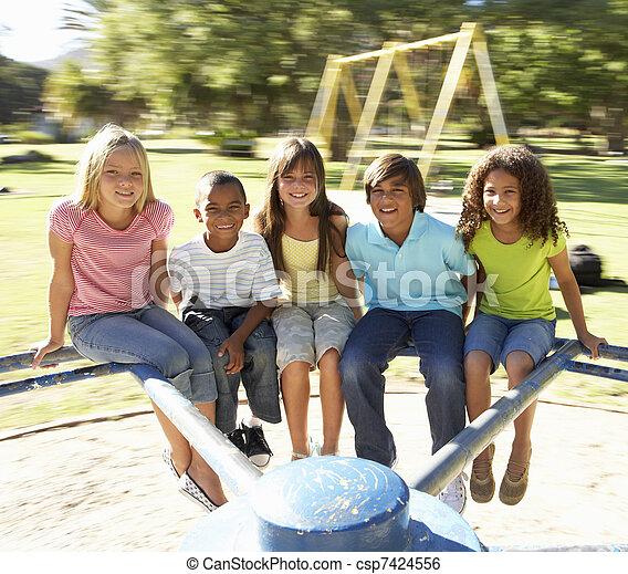 játszótér, lovaglás, csoport, körforgalom, gyerekek - csp7424556