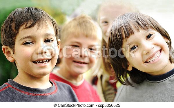 külső, együtt, kívül, gondatlan, határ, mosolyog arc, gyerekek, boldogság, boldog - csp5856525