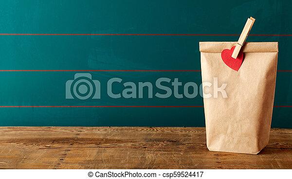 kirúg, ebédel, ruhacsipesz, tető, barna - csp59524417