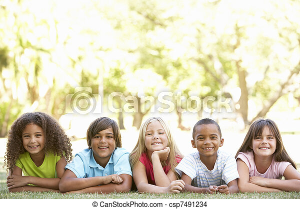 liget, emészt, csoport, gyerekek, fekvő - csp7491234
