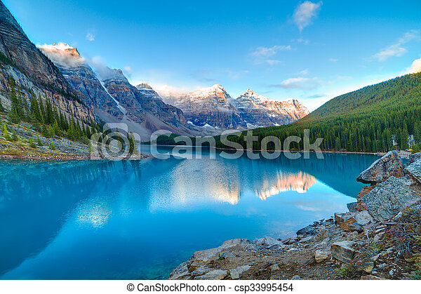 moraine tó, napkelte - csp33995454