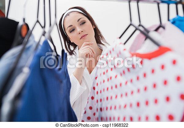 nő, öltözet, válogat - csp11968322