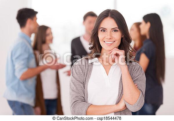 nő, csoport, birtok, csatlakozó, emberek, fiatal, kéz, magabiztos, időz, áll, ő, háttér, befog, leader., mosolygós - csp18544478