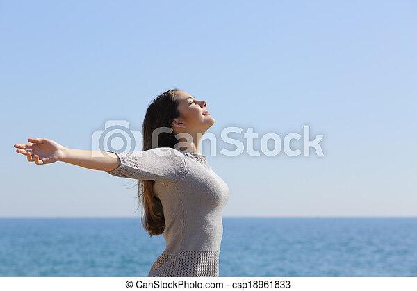 nő, fegyver, mély, levegő, lélegzés, friss, tengerpart, emelés, boldog - csp18961833
