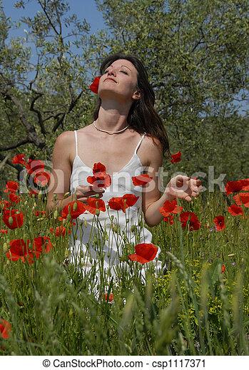 nő, fiatal, mákok - csp1117371