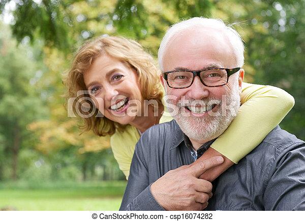 nő, idősebb, átkarolás, mosolyog bábu, boldog - csp16074282