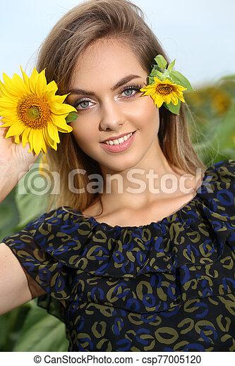 nő, napraforgó, gyönyörű, nap, fiatal, mező, nyár - csp77005120