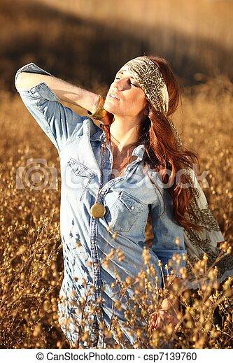 nő, summertime idő, mező, gyönyörű - csp7139760