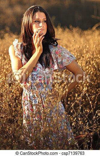 nő, summertime idő, mező, gyönyörű - csp7139763