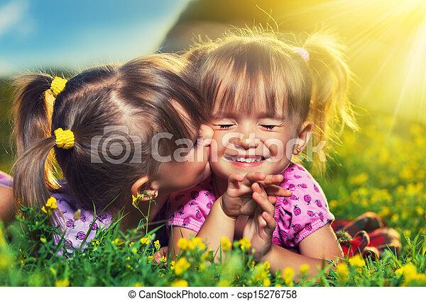 nyár, kevés, family., lány, ikergyermek, nevető, szabadban, lánytestvér, csókolózás, boldog - csp15276758