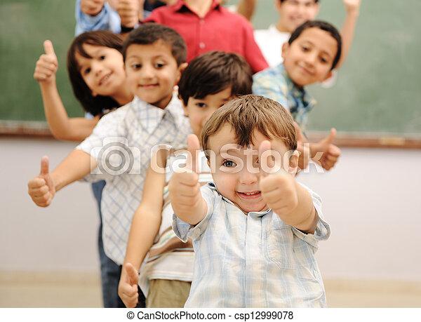 osztályterem, iskolások - csp12999078
