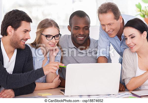 project., csoport, ügy, munka emberek, laptop, ül együtt, kreatív, látszó, hord, befog, asztal, kényelmes - csp18874652