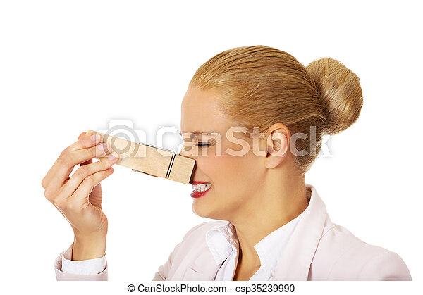 stinks, hatalmas, nő, neki, ügy, ruhacsipesz, fiatal, fogalom, nose. - csp35239990